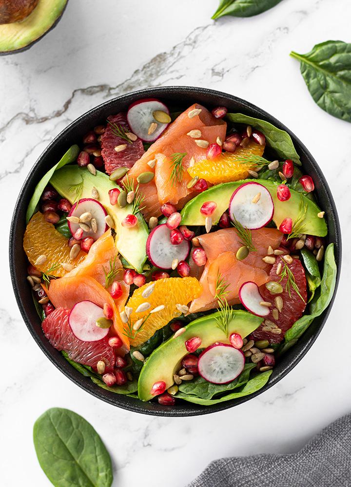 Salade boost aux épinards, saumon fumé et avocat